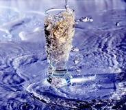 Vidro da água no azul Fotografia de Stock Royalty Free