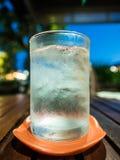 Vidro da água no fundo da noite Fotografia de Stock Royalty Free