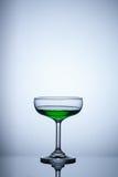 vidro da água verde no fundo azul Fotografia de Stock Royalty Free