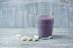 Vidro da agitação da proteína com leite e mirtilos e ácidos aminados de BCAA no fundo Nutrição do esporte imagens de stock