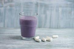 Vidro da agitação da proteína com leite e mirtilos e ácidos aminados de BCAA no fundo Nutrição do esporte fotos de stock