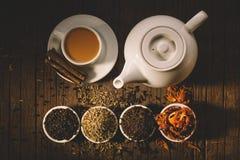 Vidro da bebida indiana quente da ioga - chá de chai do masala com especiarias e Fotos de Stock Royalty Free