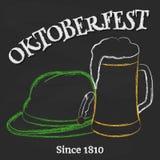 Vidro da cerveja com chapéu tirolês e da rotulação no quadro ilustração royalty free