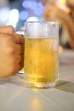 Vidro da cerveja contra tambores Fotografia de Stock