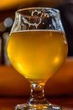 Vidro da cerveja do ofício no vidro da tulipa foto de stock