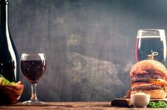 Vidro da cerveja e do vinho tinto Foto de Stock