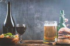 Vidro da cerveja e do vinho tinto Imagem de Stock Royalty Free