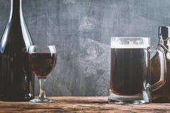 Vidro da cerveja e do vinho tinto Fotografia de Stock Royalty Free