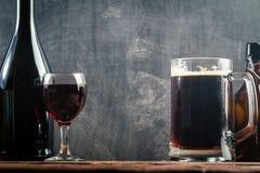 Vidro da cerveja e do vinho tinto Imagens de Stock