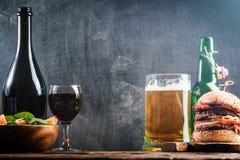 Vidro da cerveja e do vinho tinto Fotos de Stock Royalty Free