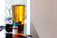 Vidro da cerveja e dos dispositivos na tabela fotos de stock royalty free