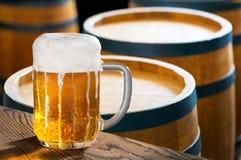 Vidro da cerveja e dos lúpulos Imagens de Stock Royalty Free