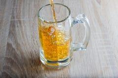 Vidro da cerveja em um fundo arborizado Imagens de Stock