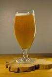 Vidro da cerveja em um fundo cinzento Imagens de Stock