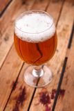 Vidro da cerveja em uma caixa Fotos de Stock Royalty Free