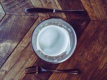 vidro da cerveja, da forquilha e da faca na tabela de madeira foto de stock
