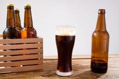 Vidro da cerveja na tabela de madeira, vista superior Frascos de cerveja Foco seletivo Zombaria acima Copie o espaço molde blank imagem de stock royalty free