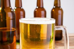 Vidro da cerveja na tabela de madeira, vista superior Frascos de cerveja Foco seletivo Zombaria acima Copie o espaço molde blank fotografia de stock royalty free