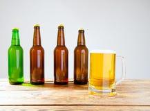 Vidro da cerveja na tabela de madeira, vista superior Frascos de cerveja Foco seletivo Zombaria acima Copie o espaço molde blank foto de stock