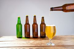 Vidro da cerveja na tabela de madeira, vista superior Frascos de cerveja Foco seletivo Zombaria acima Copie o espaço molde blank fotos de stock royalty free