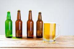 Vidro da cerveja na tabela de madeira, vista superior Frascos de cerveja Foco seletivo Zombaria acima Copie o espaço molde blank imagem de stock