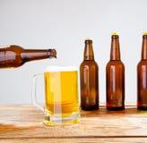 Vidro da cerveja na tabela de madeira, vista superior Frascos de cerveja Foco seletivo Zombaria acima Copie o espaço molde blank fotos de stock