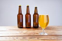 Vidro da cerveja na tabela de madeira, vista superior Frascos de cerveja Foco seletivo Zombaria acima Copie o espaço molde blank fotografia de stock