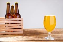 Vidro da cerveja na tabela de madeira, vista superior Frascos de cerveja Foco seletivo Zombaria acima Copie o espaço molde blank imagens de stock