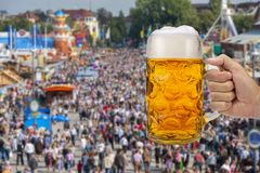 Vidro da cerveja que guarda à disposição em Oktoberfest em Munich fotografia de stock