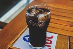 vidro da coca-cola com gelo imagem de stock