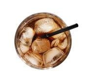 Vidro da cola de refrescamento com cubos e palha de gelo no fundo branco fotografia de stock