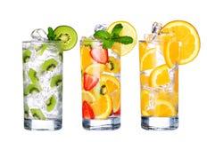Vidro da coleção fria dos sucos de fruta isolada no branco Foto de Stock