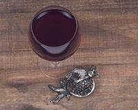 Vidro da decoração doce do metal do shabbat do vinho da romã e da romã Fotos de Stock Royalty Free