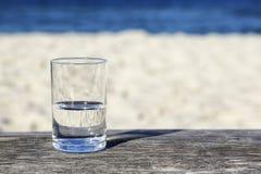 Vidro da água que é meio cheia Fotos de Stock