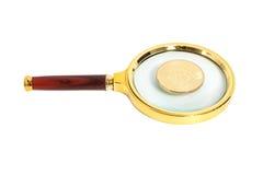 Vidro da lente de aumento com a moeda dourada do bitcoin Foto de Stock