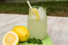 Vidro da limonada e dos limões fora no verão imagem de stock