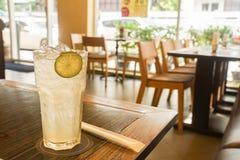 Vidro da limonada para o rafrescamento no restaurante no tempo do almoço foto de stock