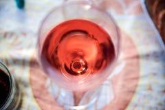 Vidro da opinião superior do close up do vinho tinto Imagens de Stock