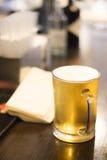 Vidro da pinta da cerveja na barra do bar Imagens de Stock Royalty Free