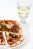 Vidro da pizza e de vinho sobre o branco Foto de Stock Royalty Free