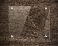 Vidro da placa na madeira Fotografia de Stock Royalty Free