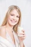 Vidro da terra arrendada da mulher do cabelo louro do leite Fotos de Stock Royalty Free