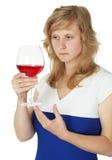 Vidro da terra arrendada da mulher do vinho vermelho no branco Imagens de Stock Royalty Free