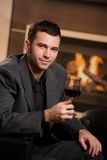 Vidro da terra arrendada do homem de negócios do vinho Imagem de Stock