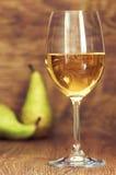 Vidro da vida do vinho branco ainda com peras Fotos de Stock
