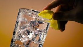 Vidro de água do gelo com limão vídeos de arquivo