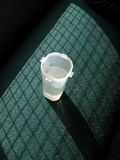 Vidro de água na luz solar do indicador Fotografia de Stock