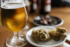 Vidro de cerveja com alimento dos tapas Fotografia de Stock Royalty Free