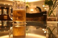 Vidro de cerveja na tabela Fotografia de Stock