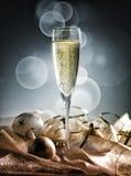Vidro de Champagne pronto para trazer no ano novo fotografia de stock